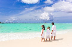 Enfants sur la plage tropicale Photos stock