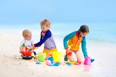 Enfants sur la plage tropicale Jouer d'enfants  en mer Photos stock