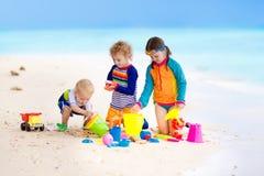 Enfants sur la plage tropicale Jouer d'enfants  en mer Photo libre de droits