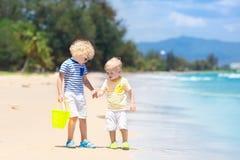 Enfants sur la plage tropicale Jouer d'enfants  en mer Photographie stock libre de droits