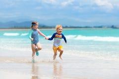 Enfants sur la plage tropicale Jouer d'enfants  en mer Photo stock