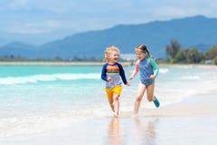 Enfants sur la plage tropicale Jouer d'enfants  en mer Photographie stock