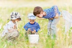 Enfants sur la promenade sur un pré images stock