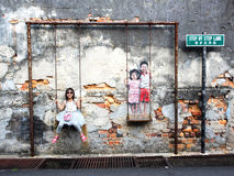 Enfants sur la rue Art Piece d'oscillation à Georgetown, Penang, mA Photo stock