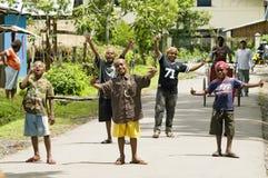 Enfants sur la rue dans Wamena, île de la Nouvelle-Guinée, Indonésie photo stock