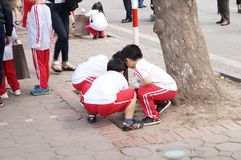 Enfants sur la rue de promenade image stock