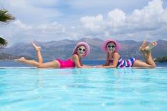 Enfants sur la station de vacances de mer photo stock