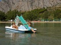 Enfants sur le bateau de pédale en mer 3 Images libres de droits