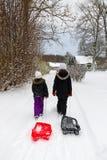Enfants sur le chemin de neiger côte Photos libres de droits