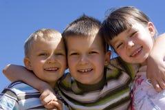 Enfants sur le ciel photo stock