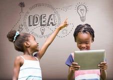 enfants sur le comprimé avec les graphiques bruns vides de fond et d'idée Image stock