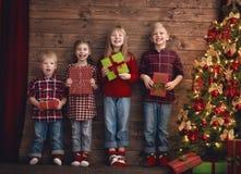 Enfants sur le fond en bois Images stock