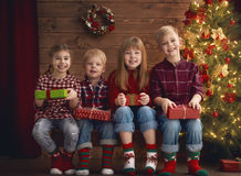 Enfants sur le fond en bois Image libre de droits