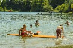 Enfants sur le lac Mammendorf, Bavière, Allemagne Photographie stock