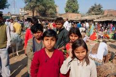 Enfants sur le marché ensoleillé de village dans l'Inde Photographie stock libre de droits