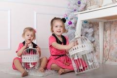 Enfants sur le plancher près de l'arbre de Noël Image libre de droits