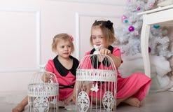 Enfants sur le plancher près de l'arbre de Noël Image stock