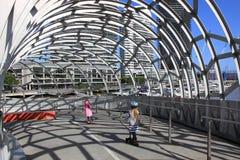 Enfants sur le pont de Webb  Photos stock