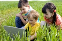 Enfants sur le pré images stock