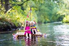 Enfants sur le radeau en bois Photographie stock