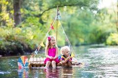 Enfants sur le radeau en bois Images libres de droits