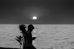 Enfants sur le rivage de coucher du soleil Photos stock