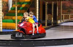 Enfants sur le tour de parc d'attractions Photographie stock libre de droits