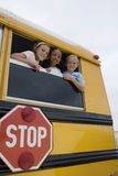 Enfants sur un autobus scolaire Images libres de droits