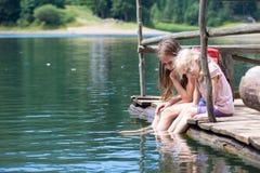 Enfants sur un pilier en bois Images stock