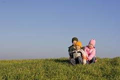 Enfants sur un pré Photographie stock