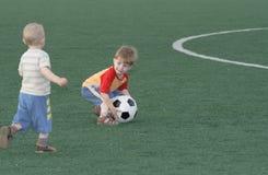 Enfants sur un terrain de football Photographie stock libre de droits