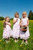 Enfants sur une chasse à oeuf de pâques Image libre de droits