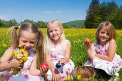 Enfants sur une chasse à oeuf de pâques Images libres de droits