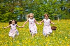 Enfants sur une chasse à oeuf de pâques Image stock