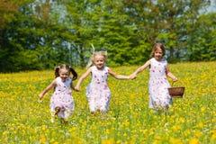 Enfants sur une chasse à oeuf de pâques Photo stock