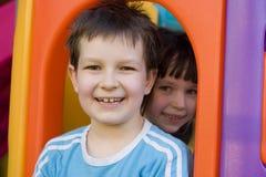 Enfants sur une cour de jeu Images libres de droits