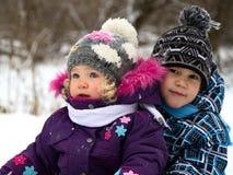 Enfants sur une promenade d'hiver images libres de droits
