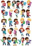 Enfants tenant des alphabets anglais Photo stock