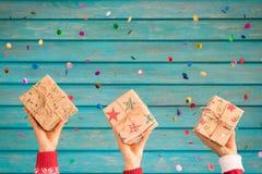 Enfants tenant des boîte-cadeau de Noël Photo libre de droits