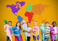 Enfants tenant des cônes devant la carte colorée du monde Photos libres de droits