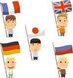 Enfants tenant des drapeaux du monde Photographie stock libre de droits