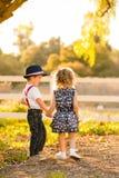Enfants tenant des mains Images stock