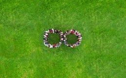 Enfants tenant des mains en cercle image libre de droits