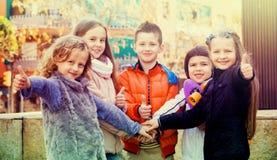 Enfants tenant des mains et donnant le voeu d'amitié Photographie stock