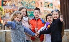 Enfants tenant des mains et donnant le voeu d'amitié Photographie stock libre de droits