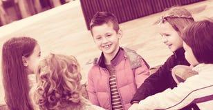 Enfants tenant des mains et donnant le voeu d'amitié Image stock