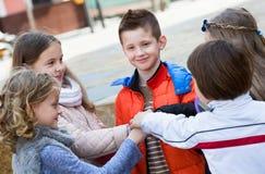 Enfants tenant des mains et donnant le voeu d'amitié Images libres de droits