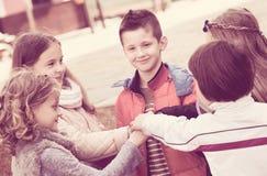Enfants tenant des mains et donnant le voeu d'amitié Photos stock