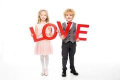 Enfants tenant l'amour de mot Images stock