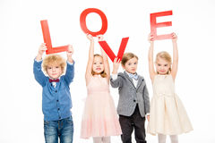 Enfants tenant l'amour de mot Photos stock
